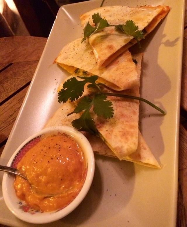 Quesadilla de tomate, calabaza, queso ahumado y rucola