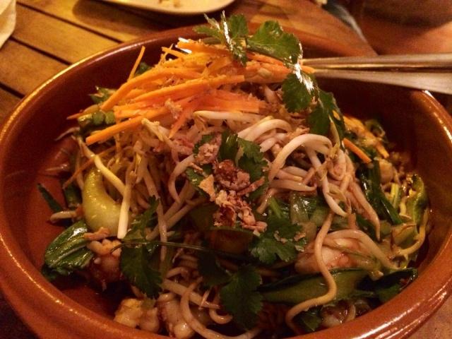 Tallarines con langostinos y brotes de verduras asiáticas